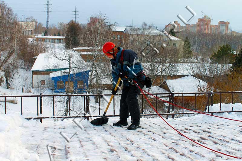 Уборка с крыш снега и наледи